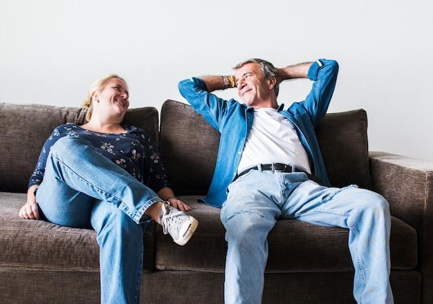 Couple assis sur un canapé marron