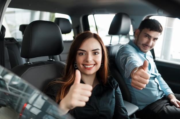 Couple assis dans leur nouvelle voiture