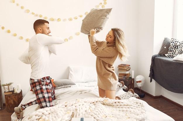 Couple assis sur un lit dans une chambre