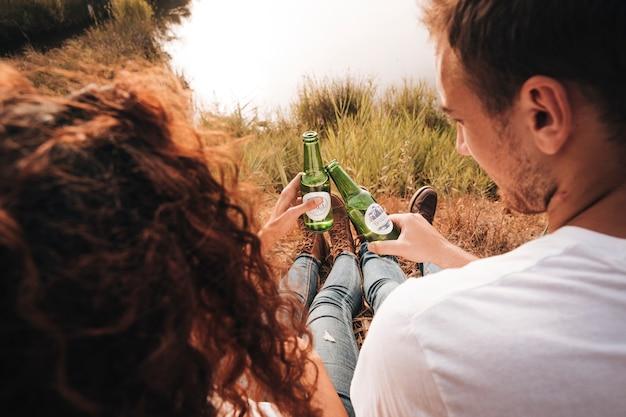 Couple assis près de boire de la bière