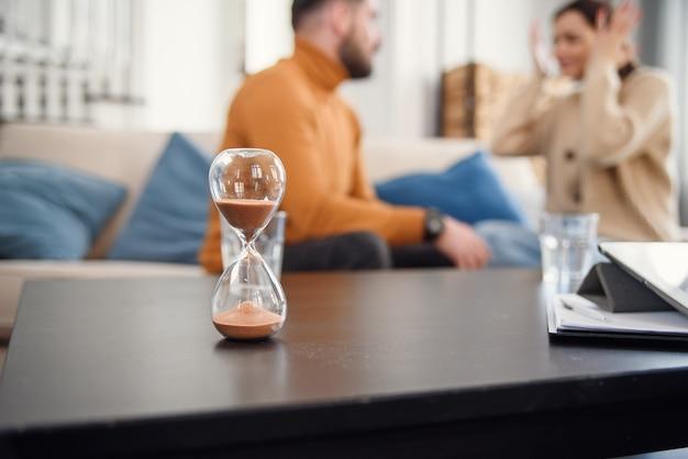 Couple assis avec un psychologue pendant la thérapie mentale, image recadrée sans visage