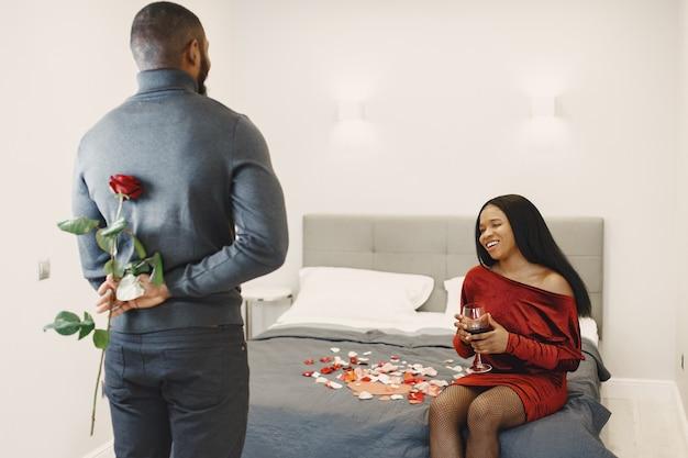 Couple assis à table, prendre un repas, parler et rire le jour de la saint-valentin