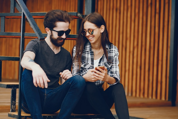 Couple assis avec téléphone