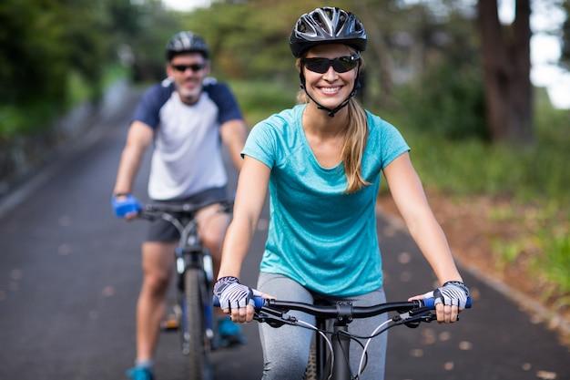 Couple athlétique à vélo sur la route ouverte