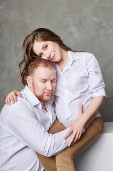 Un couple attend un bébé
