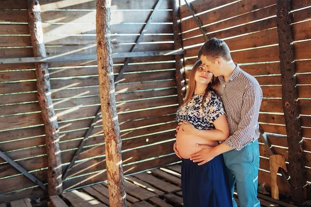 Couple, attente, bébé, séance photo, dans, a, maison bois