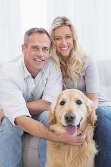 Couple attrayant appréciant leur compagnie de chiens