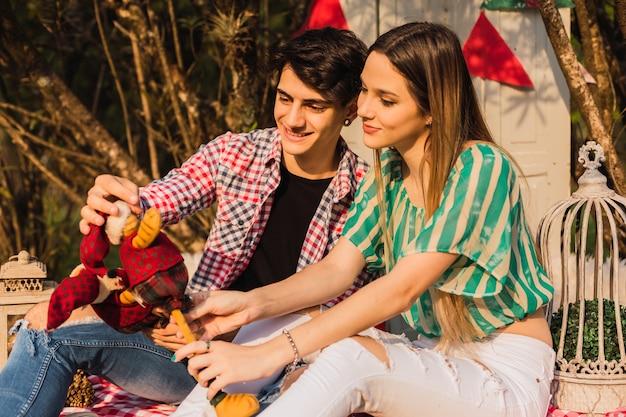 Couple attrayant au moment de noël. cool couple assis sur une décoration de noël. concept de noël.
