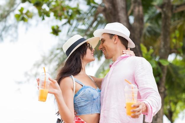 Couple attrayant baiser sur fond de paysage de mer