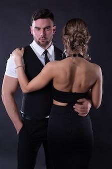 Couple attrayant en tenue de soirée isolée