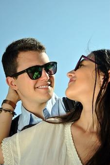 Couple au bord de la mer profitant des vacances