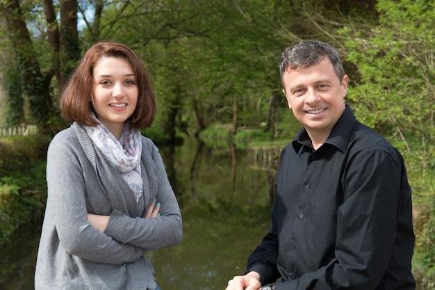 Couple au bord de la rivière, une journée romantique pour les amoureux
