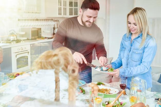 Couple au dîner de famille