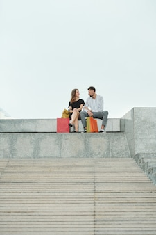 Couple au repos après le shopping