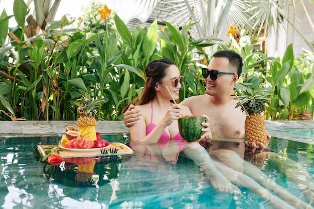 Couple au repos dans la piscine