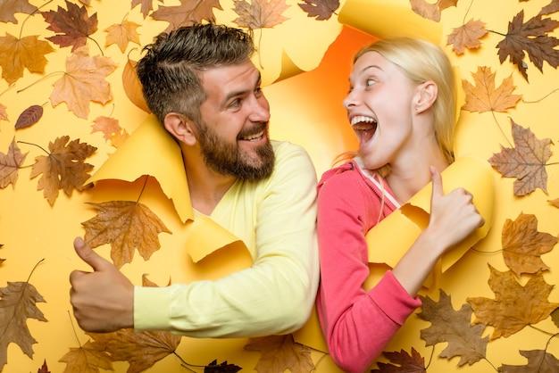 Couple d'automne surpris en se regardant