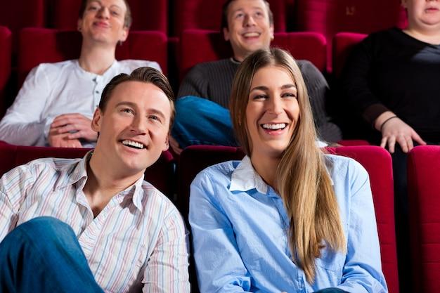 Couple et autres personnes au cinéma