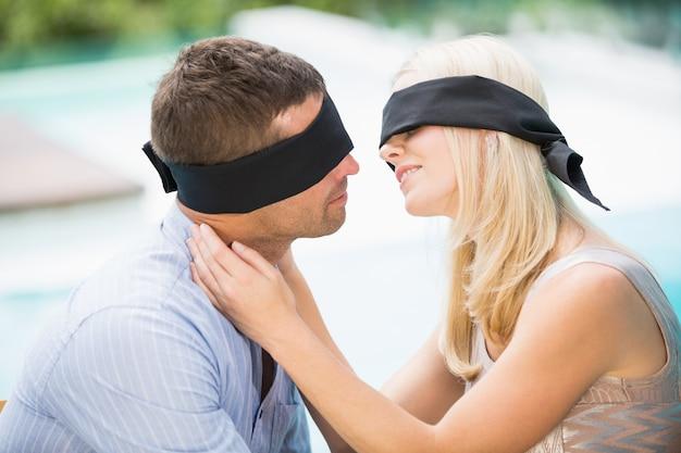 Couple aux yeux bandés s'embrasser