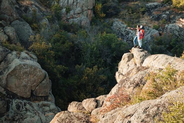 Couple aventurier près du canyon. regardent ailleurs