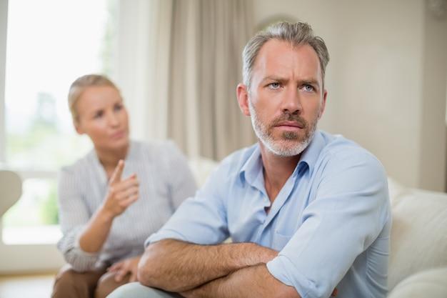 Couple, avoir argument, dans, salle de séjour