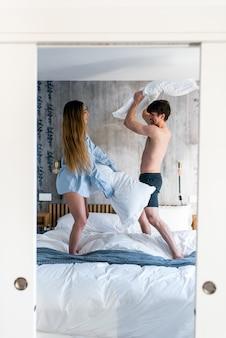 Couple, avoir, oreiller, combat