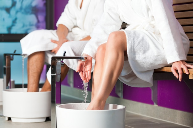 Couple ayant un bain de pieds à l'eau d'hydrothérapie