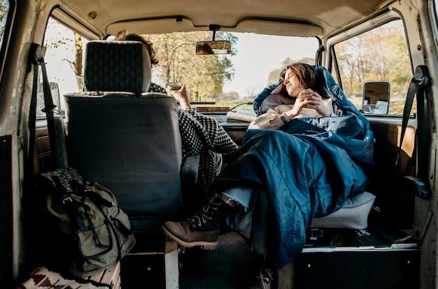Couple ayant un beau road trip dans une camionnette