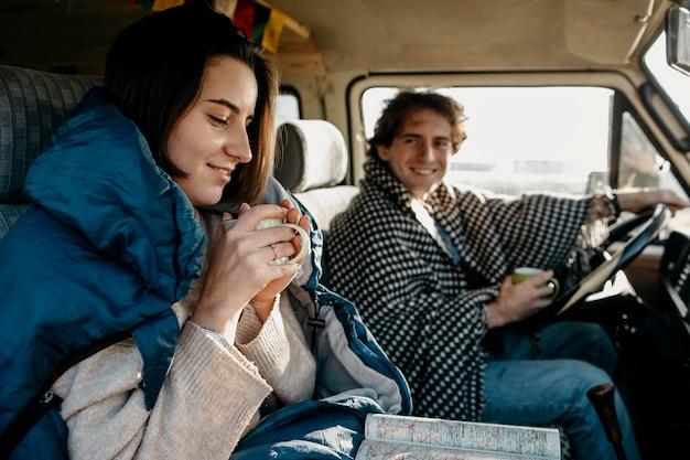 Couple ayant un bon road trip
