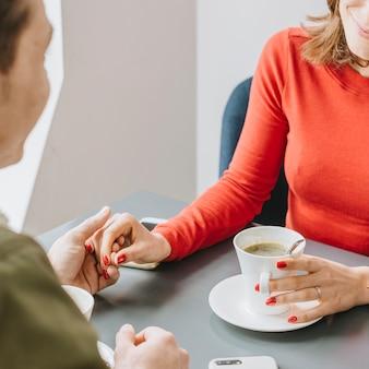 Couple ayant un café au restaurant