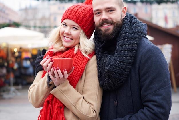 Couple ayant un café chaud à l'extérieur