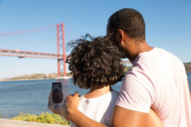 Couple ayant un chat vidéo via smartphone
