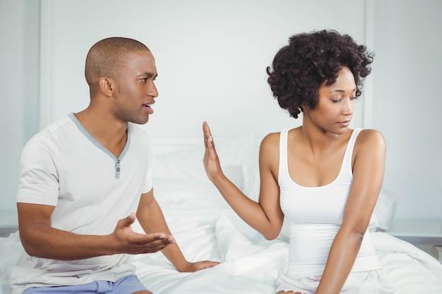 Couple ayant une dispute dans la chambre