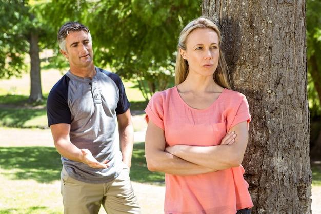 Couple ayant une dispute dans le parc