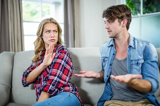 Couple ayant une dispute sur le sofa