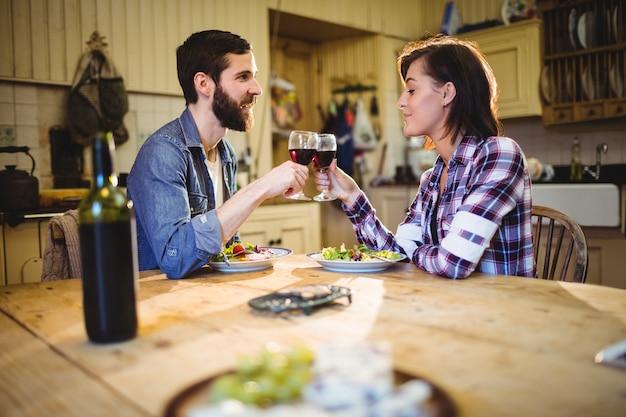 Couple ayant du vin et petit-déjeuner