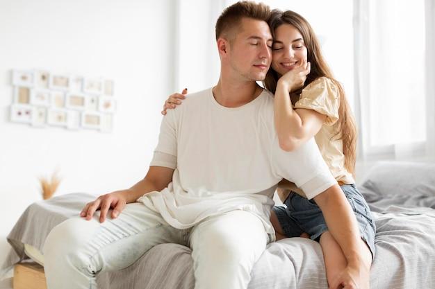 Couple ayant un joli moment ensemble