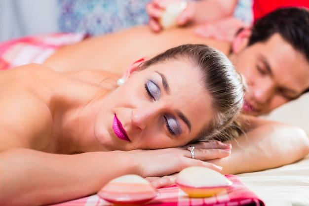 Couple ayant un massage aux coquillages dans un spa
