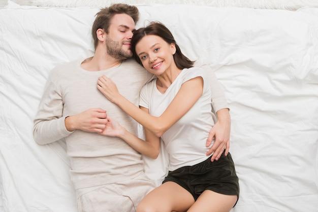 Couple ayant un moment de tendresse