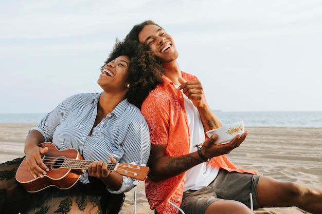Couple ayant un pique-nique à la plage