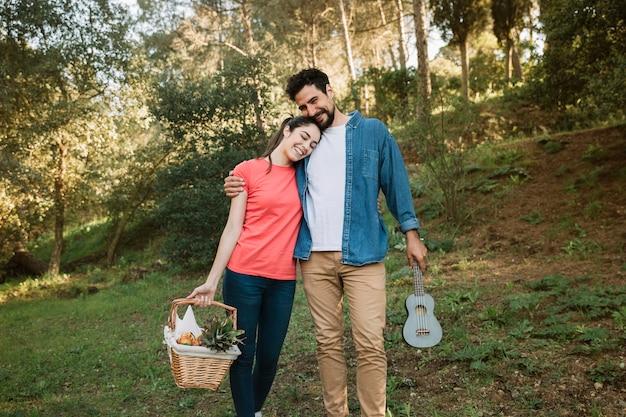 Couple ayant un pique-nique
