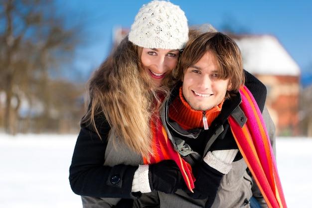 Couple ayant une promenade d'hiver