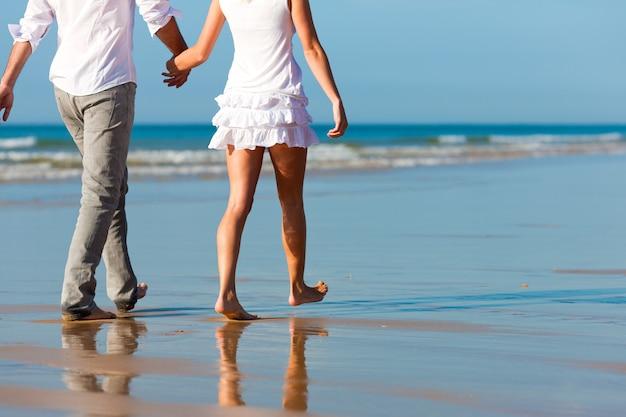 Couple ayant une promenade en vacances