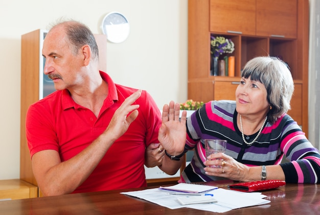 Couple ayant des querelles sur des documents