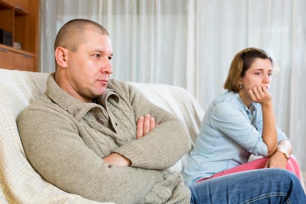 Couple ayant des querelles à la maison