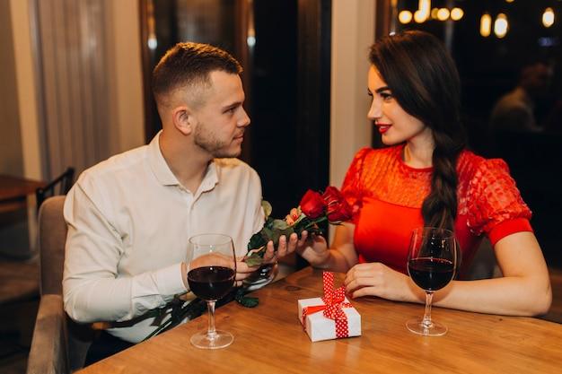 Couple ayant rendez-vous au café