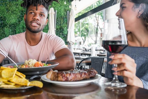 Couple ayant un rendez-vous dans un restaurant.