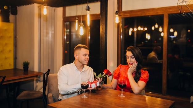 Couple ayant une réunion romantique au restaurant