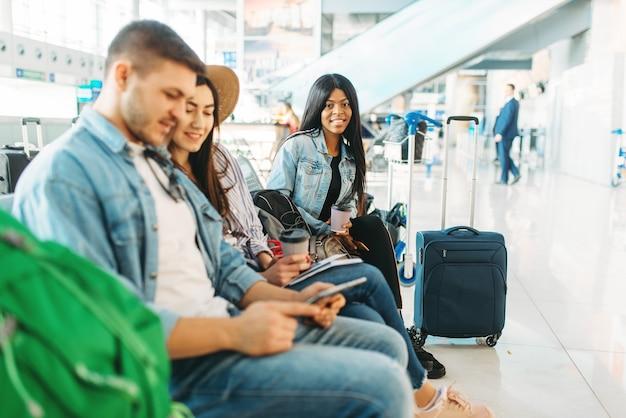 Couple avec bagages en attente de départ