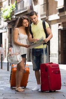 Couple avec des bagages carte de lecture