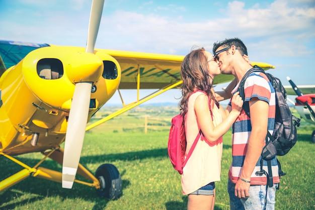Couple, baisers, aéroport